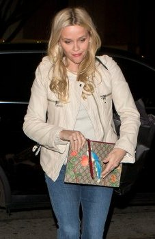 Reese-Witherspoon-Gucci-TIan-GG-Supreme-Pouch